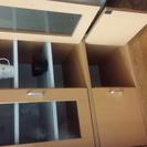 木製の食器棚、下の開き戸あり。