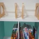 木製の本立てと二段カラーボックスの本棚