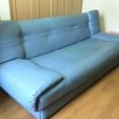 青のソファーベッドです。子供がベッドとして使用していました。