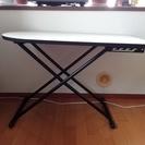 高さを変えられる折り畳み式テーブル