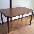 シンプルで実用的なダイニングテーブル(椅子なし)