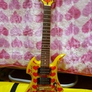 hide愛用・イエローハートモデルのミニギター