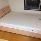 ダブルサイズのベッド+マットレス