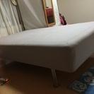 無料のセミダブルベッド足つきです。