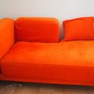 イケアのオレンジ色のソファ