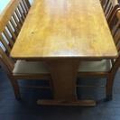 テーブル、椅子二脚、ベンチ