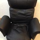 リクライニング機能と回転機能の付いた座椅子