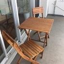 木製ガーデンテーブルと椅子2脚のセット
