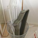 突っ張り棒19本&滑らないハンガー14本&カゴのゴミ箱をお譲りします。