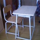 昔懐かしい学習机と椅子