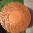 木彫りのチューリップのテーブル