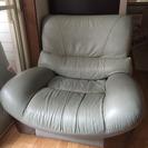 ゆったり座れる革製のソファーです。