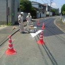 道路に白線を引くお仕事です。