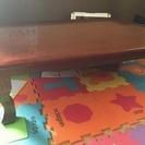 良い木材を使っている重厚感あるテーブル