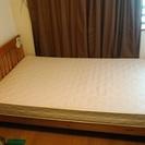 セミダブルベッドの木製フレームとマットレス