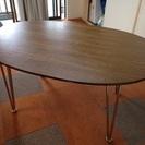 シックな雰囲気の木製円卓