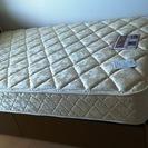 シーリー製のマットレスとベッドフレーム