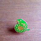 ピンバッジ 幸運を呼ぶへび 金と緑のヘビ