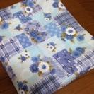 またまた値下げします 新品 ブルーパッチワーク風花柄の布地 巾約1...