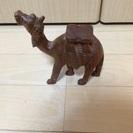 アジアンテイストな木彫りのラクダ
