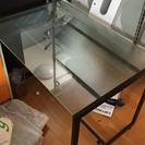 おしゃれなガラス板の机です