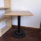 カフェ風四角なテーブル