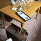 北欧風の木のシンプルなテーブル