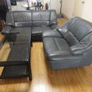 革張りソファーとガラステーブル