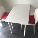 購入したばかりの綺麗なテーブルと椅子です!