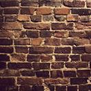 石やタイルを壁や床に貼る仕事です。
