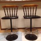背もたれ付きカウンター椅子二脚セットhikari足置き付き。