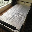 シングルベッド差し上げます。黒の敷布団も
