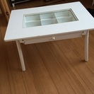白い小さめテーブル