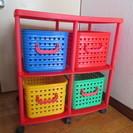 子どものおもちゃ入れに!カラフルなかごが4個ついてます。