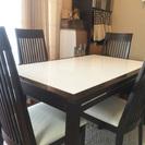 ダイニングテーブルと椅子4脚のセットです。