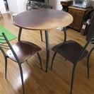 丸テーブルと椅子2脚差し上げます。手渡し5月29日まで