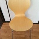 交渉中。木目の椅子