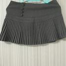 グレーのプリーツスカート