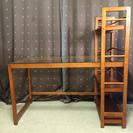 木とガラス製の棚付きの学習?机
