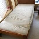 木枠のシングルベッド