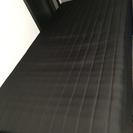 黒のベッド