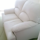 ホワイトの2人掛けソファ