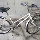 白いかご付き 通勤通学用自転車 前輪パンク