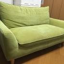 グリーン色の2人掛けソファ