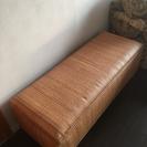 藤製の長椅子です。