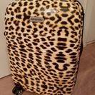 大人かわいいヒョウ柄のスーツケース