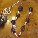 木の実のネックレス、羽根の飾り