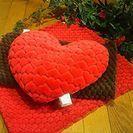 motchi&fuwa ハートのクッションと、赤と茶のクッションカバー。