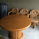 円形テーブルとキャスター付き椅子