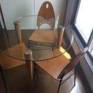 ガラスの丸テーブル 木製のイス3脚付き